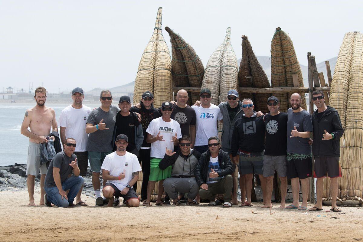 Barca reunida na praia de Puemape, com os clássicos Caballitos de Totora.